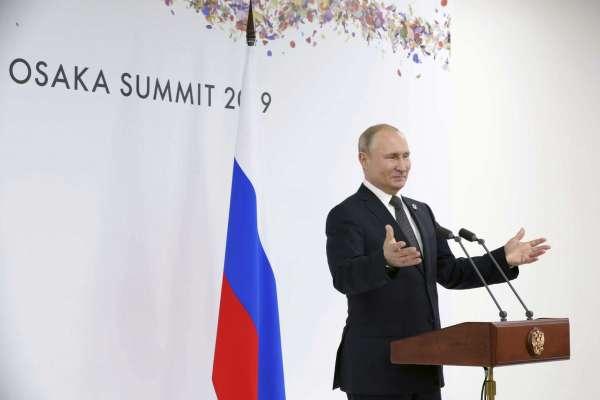 """ปูตินบอก """"เอลตัน จอห์น"""" เข้าใจสิทธิแอลจีบีทีในรัสเซียผิด หลังโดนนักร้องดังโวย"""