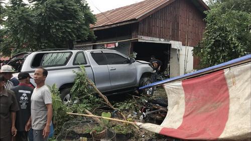 หักหลบรถจยย.กระบะเสียหลักพุ่งชนร้านซ่อมมอเตอร์ไซค์เจ้าของร้านดับอนาถ