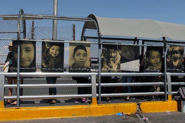 นักเคลื่อนไหวประท้วงด้วยภาพเด็กผู้อพยพที่เสียชีวิตขณะพยายามข้ามเข้าสู่สหรัฐฯที่สะพานเอลปาโซ เดล นอร์เต-ซานตา เฟอ อินเตอร์เนชั่นนอล บริดจ์ในเมืองซิวดาดฮัวเรซ รัฐชิฮัวฮัว ของเม็กซิโก (27 มิ.ย.)