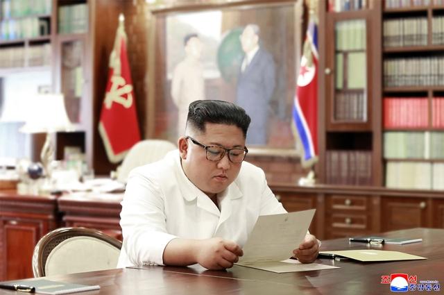 ภาพไม่ระบุวันที่และสถานที่ซึ่งสำนักข่าวกลางของเกาหลีเหนือเผยแพร่เมื่อวันที่ 23 มิ.ย. เผยให้เห็นผู้นำ คิม จองอึน ของเกาหลีเหนือกำลังอ่านจดหมายส่วนตัวจากประธานาธิบดี โดนัลด์ ทรัมป์ ของสหรัฐฯ