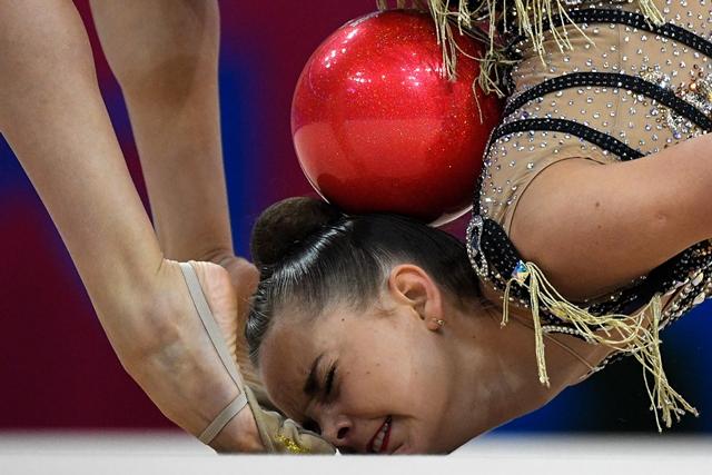 ดินา อเวอร์รินา นักกีฬาชาวรัสเซียกำลังแข่งยิมนาสติกลีลาประเภทเดี่ยวท่าผสมที่ยุโรเปียนเกมส์ 2019 ในกรุงมินสก์ (22 มิ.ย.)