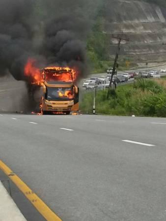50 กว่าชีวิตหนีตายระทึก!ไฟไหม้รถขนแรงงานเมียนมา วอดกลางดอยมูเซอถนนตาก-แม่สอด