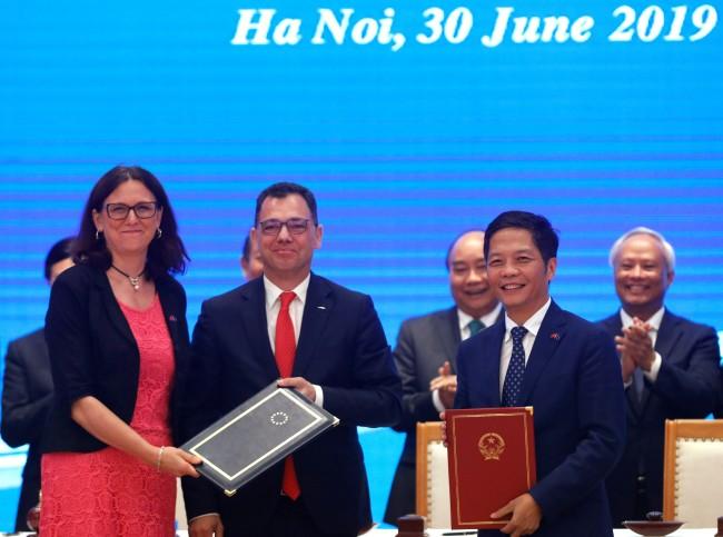เวียดนาม-สหภาพยุโรปชื่นมื่นเซ็นข้อตกลงการค้าเสรี