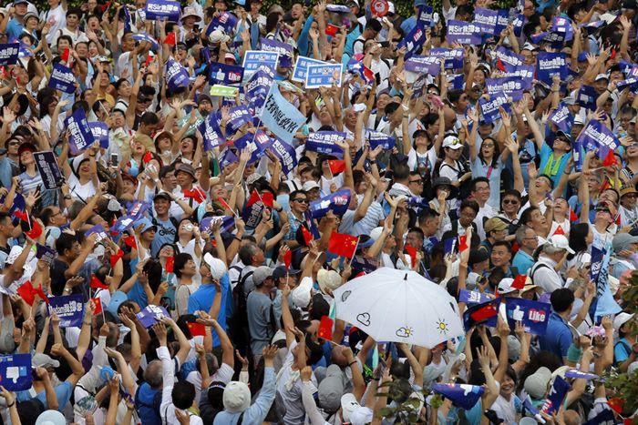 กลุ่มสนับสนุนตร.ฮ่องกงออกมาชุมนุม  เกิดประจันหน้ากับฝ่ายต่อต้านรบ. หนึ่งวันก่อนพวกเรียกร้องประชาธิปไตยนัดเดินขบวนใหญ่