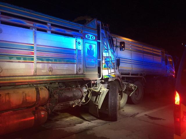 รถบรรทุกพ่วง 18 ล้อพุ่งชนท้ายรถบรรทุก 10 ล้อ โชว์เฟอร์ ติดภายใน