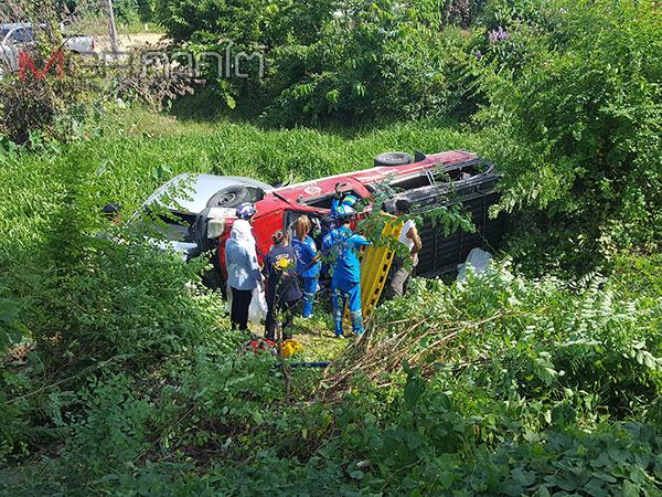 ไม่คาดฝัน! เก๋งจอดริมถนนถูกสองแถวพุ่งชนท้าย ผู้โดยสารกระเด็นตกรถเสียชีวิต 1 ราย