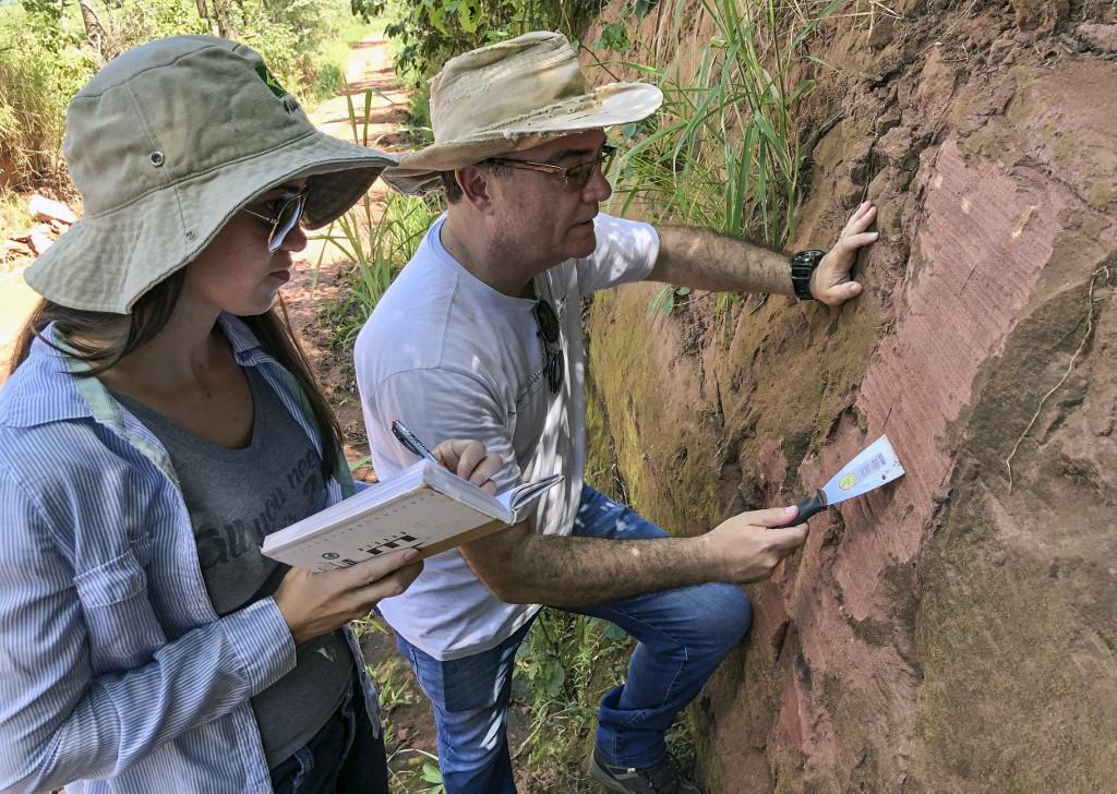 นักบรรพชีวินวิทยาขุดสำรวจฟอสซิลในพื้นที่สำรวจที่รัฐปารานา (Heitor MARCON / UEM / AFP)