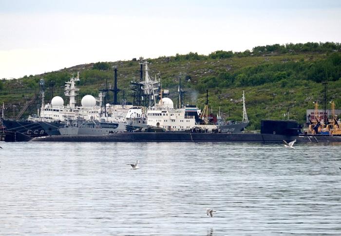 <i>ภาพที่ถ่ายเมื่อวันอังคาร (2 ก.ค.) แสดงให้เห็นเรือดำน้ำที่ไม่ทราบว่าชื่ออะไรลำหนึ่ง ณ ฐานทัพเรือเซเวโรมอร์สก์ ในทะเลแบเร็นต์ส ทางตอนเหนือสุดของรัสเซีย  ซึ่งเวลานี้เรือดำน้ำลำที่ประสบเหตุไฟไหม้ถูกนำมาจอดที่นี่ </i>