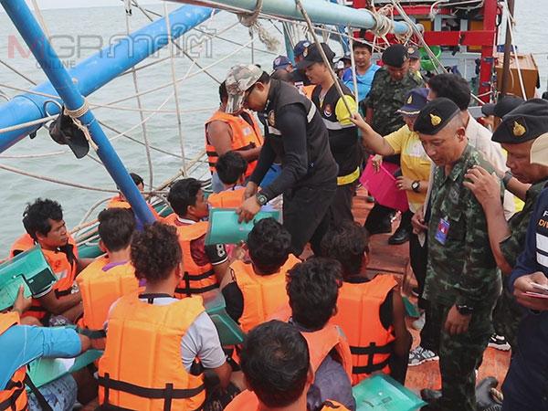 จนท.แรงงานและทหารลงเรือตรวจเข้มเรือประมงกลางทะเลน่านน้ำเขตปัตตานี