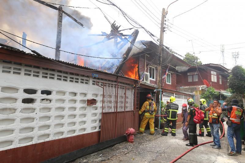 เพลิงไหม้บ้านไม้ 2 ชั้นย่านดินแดง ไร้เจ็บ จนท. เร่งหาสาเหตุ