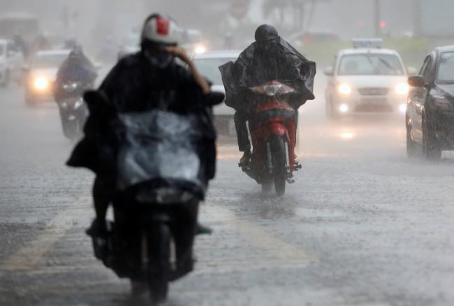 """พายุ """"มูน"""" ขึ้นฝั่งเวียดนามทำฝนตกหนักทั่วภาคเหนือ ทางการเตือนระวังน้ำท่วมฉับพลัน"""