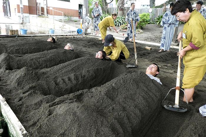 เจ้าหน้าที่กลบด้วยทรายร้อน