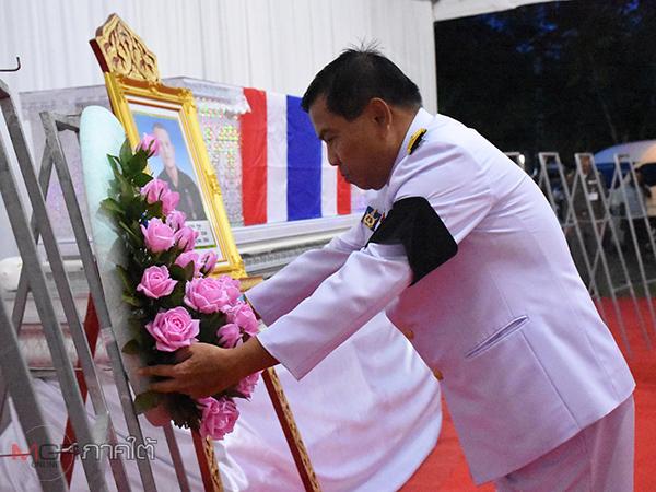 เชิญพวงมาลาพระราชทานวางหน้าหีบศพ อส.ทพ.เหยื่อคนร้ายลอบกดระเบิดสังหาร