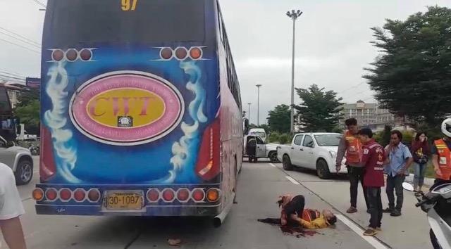 สยอง! รถบัสทับวิน จยย.รับจ้างขาขาดคาไฟแดงเมืองกรุงเก่า