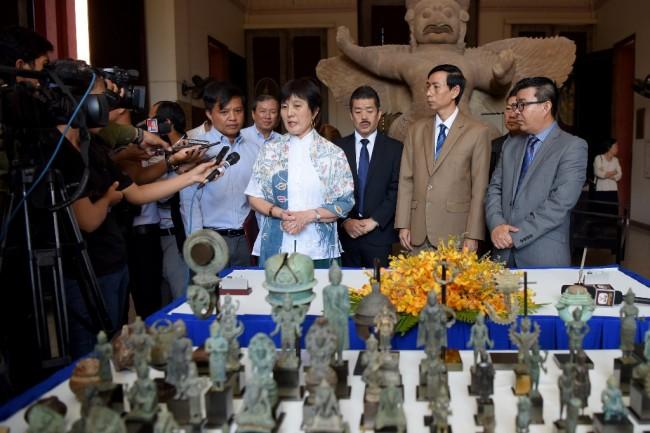 นักสะสมชาวญี่ปุ่นมอบโบราณวัตถุยุคพระนครกว่า 80 ชิ้นคืนกัมพูชา