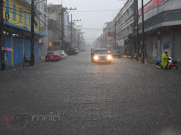 พัทลุงเกิดฝนตกหนักทำน้ำท่วมขัง ส่งผลผู้ค้าที่ถนนคนเดินต้องขนของกลับบ้าน