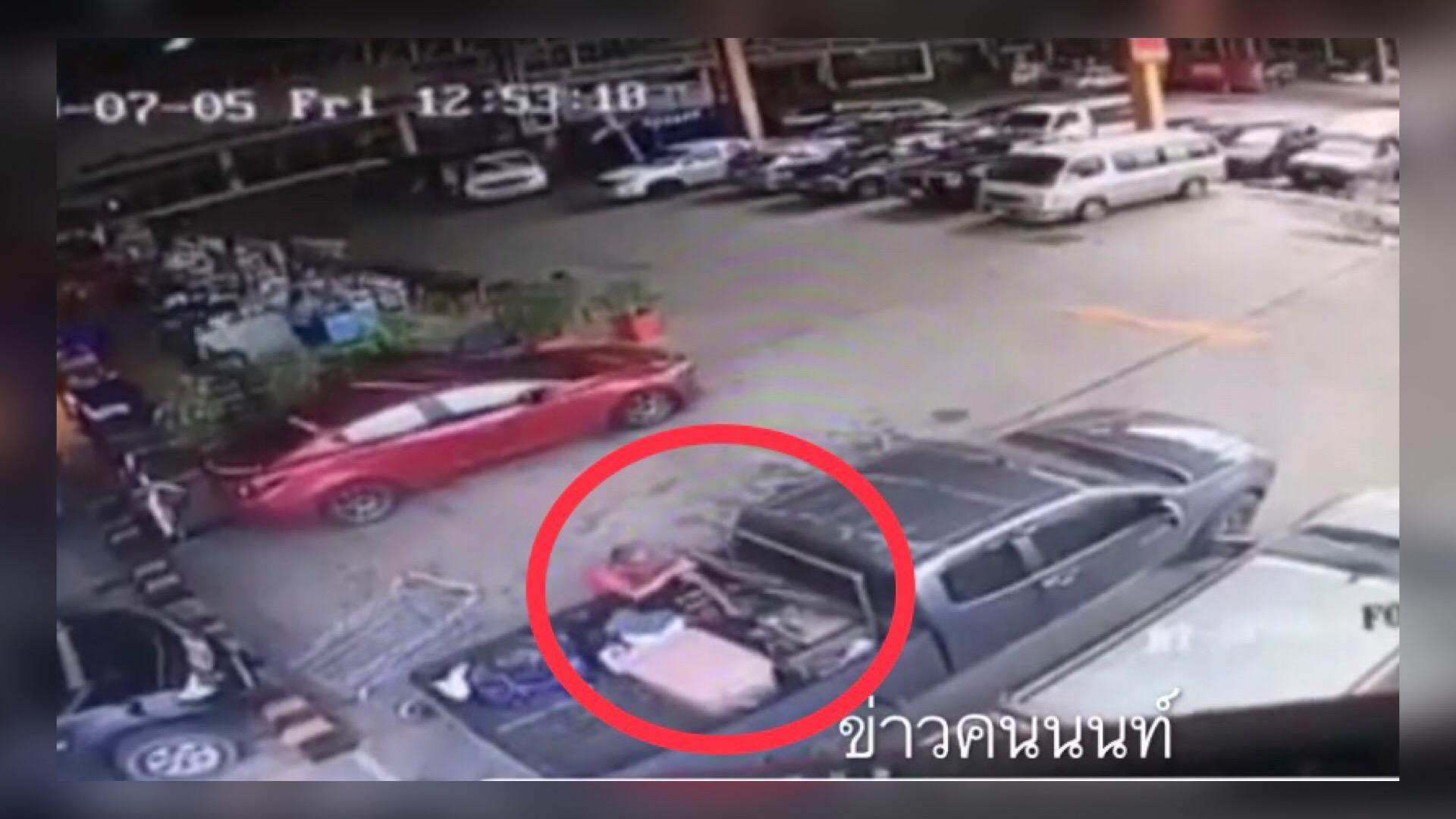 เตือนภัย! โจรฉกของหลังรถกระบะ อาละวาดหนักนนทบุรี (ชมคลิป)