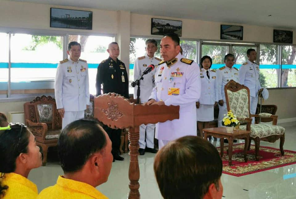 ในหลวง โปรดเกล้าฯ องคมนตรี เชิญถุงพระราชทานมอบแก่ราษฎรที่ประสบอุทกภัยในจังหวัดสมุทรปราการ