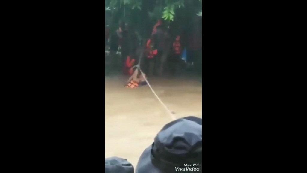 น้ำป่าทะลักท่วมชายแดนท่าสองยาง กู้ภัยฯระดมช่วยครู-นร.กว่า 20 ชีวิต