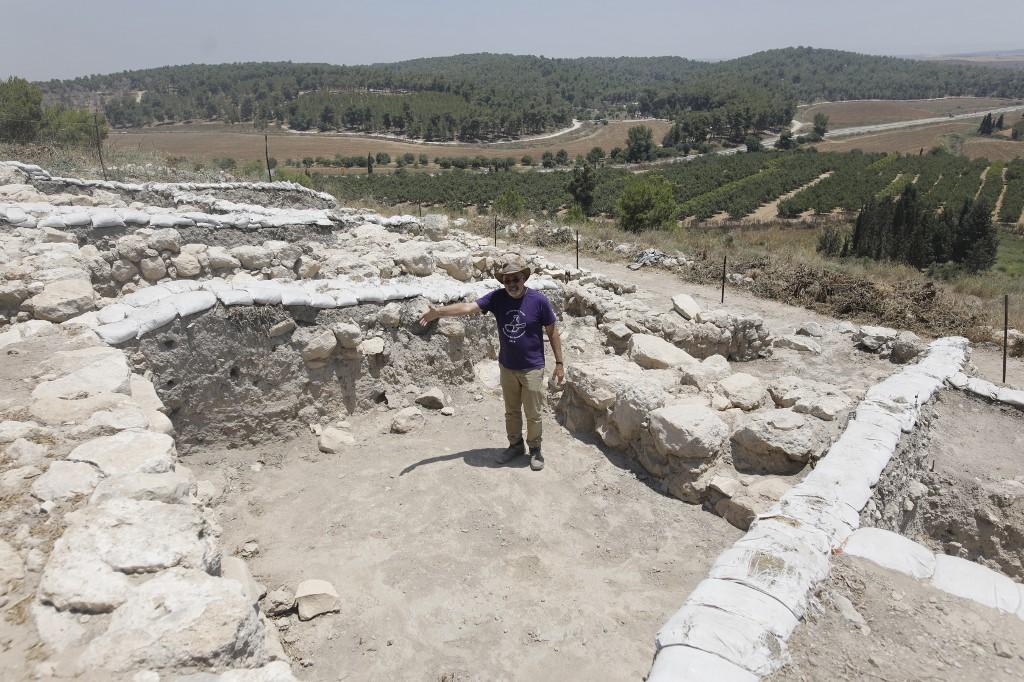 โยเซฟ การ์ฟินเคล (Yosef Garfinkel) ศาสตราจารย์จากมหาวิทยาลัยฮีบรู สำรวจแหล่งขุดสำรวจทางโบราณคดี ที่อ้างว่าเป็นเมืองซิกแลกตามตำนานในพระคัมภีร์ (MENAHEM KAHANA / AFP)