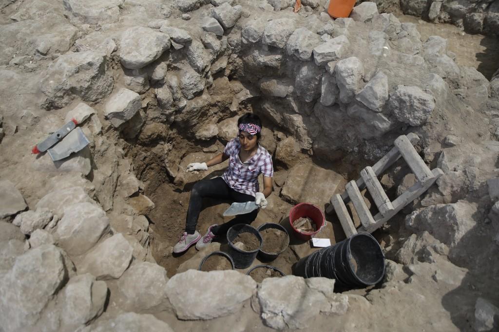 นักโบราณคดีร่วมขุดสำรวจแหล่งโบราณคดี ที่อ้างว่าเป็นเมืองซิกแลกตามตำนานในพระคัมภีร์ (MENAHEM KAHANA / AFP)