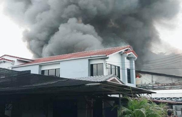 ไฟไหม้โรงงานเฟอร์นิเจอร์ เถ้าแก่เมืองลอดช่อง ย่านลาดพร้าว
