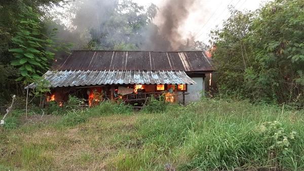 ขี้เมา เพี้ยนจุดไฟเผาบ้านตัวเองวอดหมดหลัง อ้างไม่มีญาติพี่น้อง