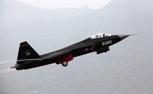 เครื่องบินขับไล่ สเตลท์ FC-31   บินโชว์ก่อนงานแสดง แอร์โชว์ ไชน่า ปี 2014 ในเมืองจูไห่ มณฑลกว่างตง (แฟ้มภาพ ไชน่า เดลี่)