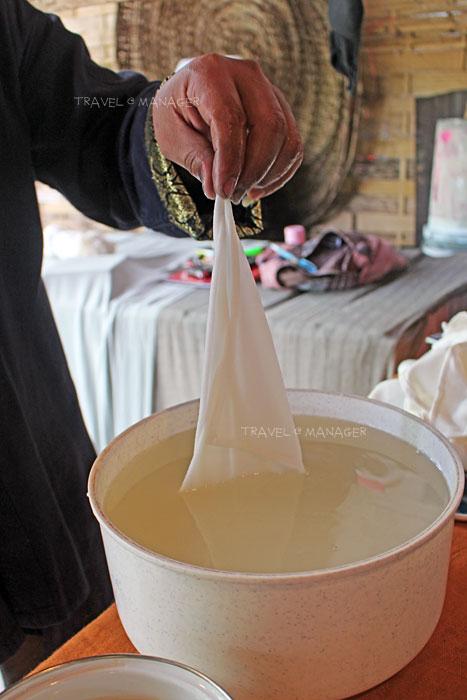 สาธิตการหมักผ้าในน้ำซาวข้าวผัวหลง
