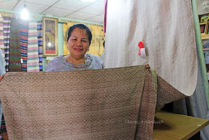 แม่ลำดวนและผ้าทอลายคำขวัญหนองบัวลำภู ราคาสูงถึง 350,000 บาท