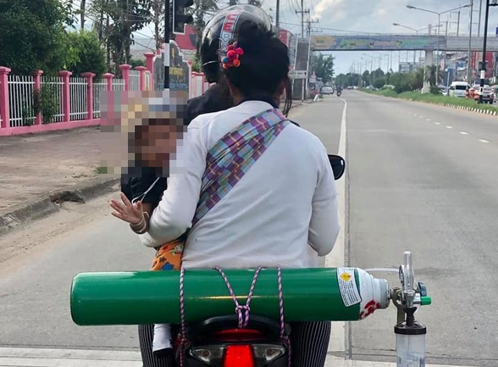 สะเทือนใจ! ลูกเป็นโรคทางเดินหายใจ พ่อ-แม่ ติดถังออกซิเจน ขี่รถ จยย. พาไปหาหมอ