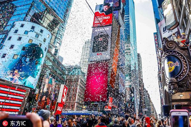 ไทม์สแควร์ ในนครนิวยอร์ก ประเทศสหรัฐอเมริกา (ภาพไชน่าเดลี)