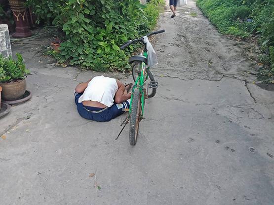 ชายนั่งตายข้างรถจักรยานปั่นหลังญาติให้เงินไปหาหมอแต่ไปซื้อเหล้า