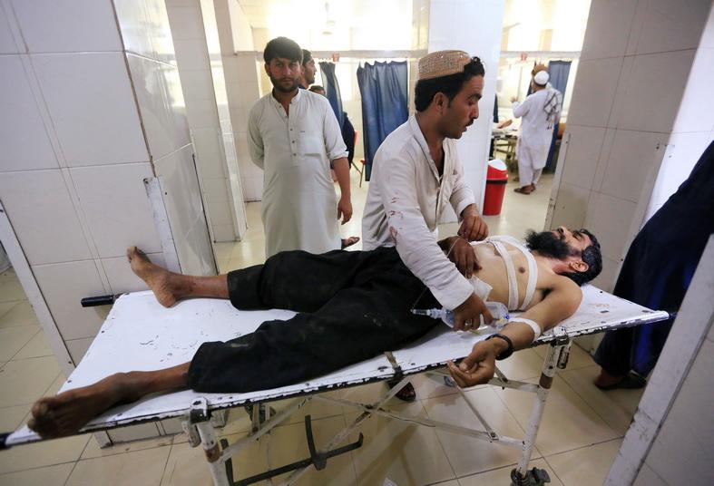 ชายผู้บาดเจ็บจากเหตุระเบิดฆ่าตัวตายถูกนำส่งโรงพยาบาลในเมืองจาลาลาบัดของอัฟกานิสถาน วันนี้ (12 ก.ค.)
