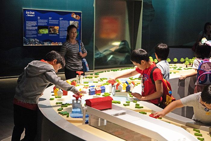 เด็กๆ กำลังสนุกกับการทดลอง