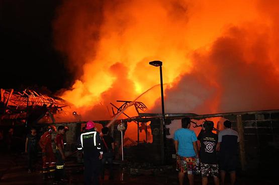 ระทึกกลางดึกไฟไหม้โรงงานเฟอร์นิเจอร์ในซอยลาซาล 49 วอดทั้งหลัง