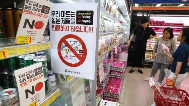 ซุปเปอร์มาเก็ตในเกาหลีใต้ติดป้าย งดซื้องดขายสินค้าญี่ปุ่น ขณะที่พลเมืองชาวเกาหลีใต้รณรงค์ให้คว่ำบาตรตอบโต้ญี่ปุ่น