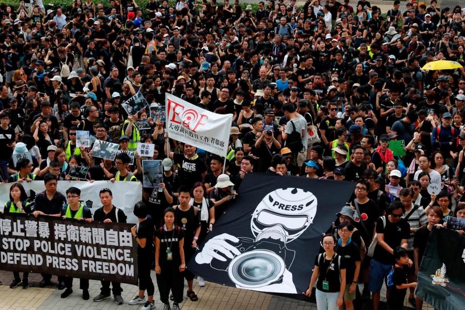 ฮ่องกงเดินขบวนประท้วงต่อเนื่อง โวยตำรวจรุนแรง-ปกป้องสื่อเสรี