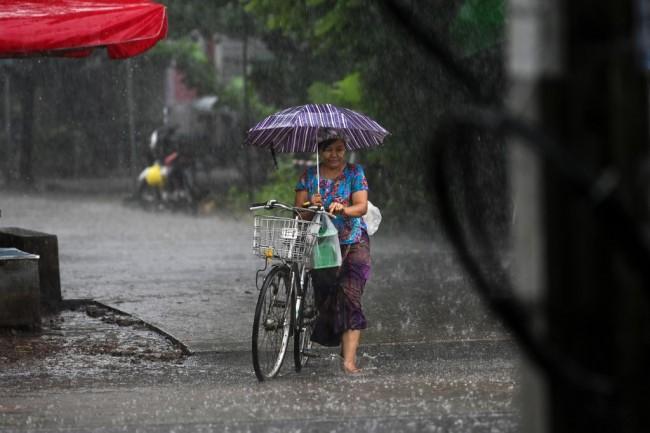 ฝนตกต่อเนื่องทำ 4 เมืองรัฐกะฉิ่นเสี่ยงน้ำท่วม ชาวพม่านับหมื่นเร่งอพยพ