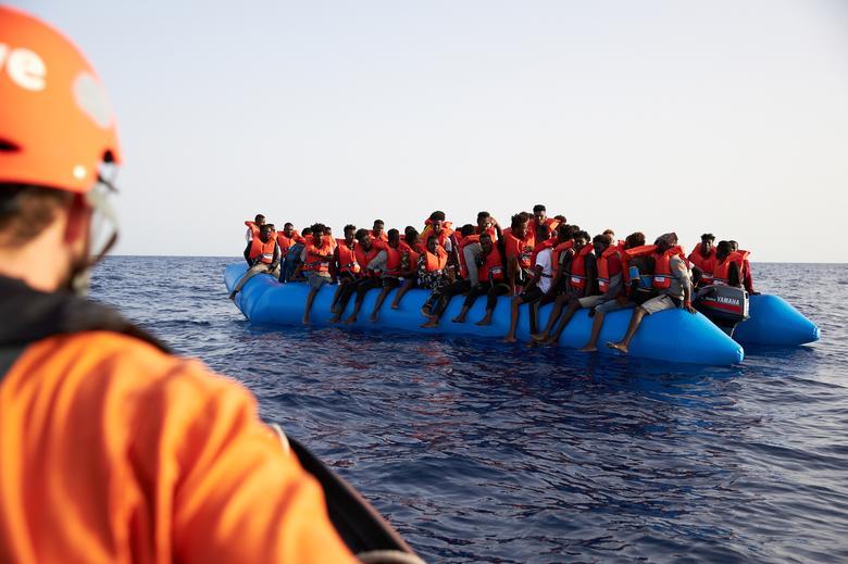 เจ้าหน้าที่เข้าช่วยเหลือผู้อพยพที่อยู่ในทะเลนอกชายฝั่งลิเบีย