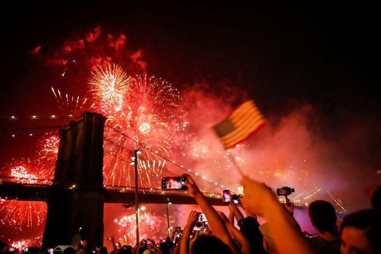 ชาวอเมริกันร่วมเฉลิมฉลองและชมดอกไม้ไฟที่บริเวณสะพานบรุ๊คลิน เนื่องในวันชาติ