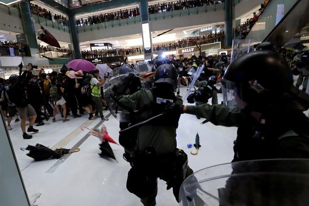 ผู้นำฮ่องกงประณามม็อบปะทะตำรวจในห้างสรรพสินค้าเป็น'พวกก่อจลาจล'(ชมคลิป)