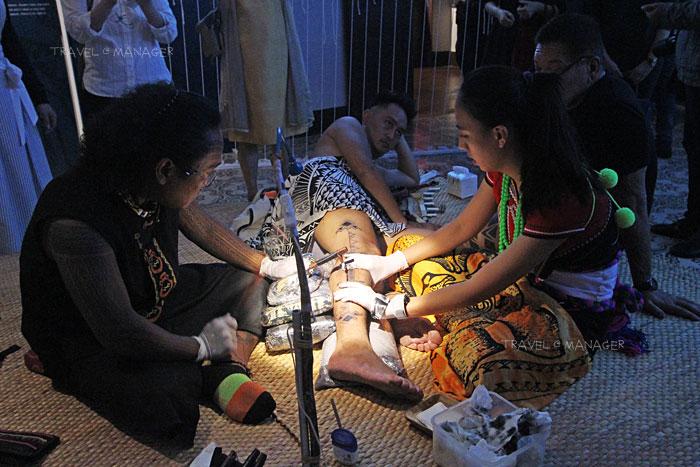 ชมวิธีการสักของชาวไผวันที่มีวัสดุอุปกรณ์ที่ต่างจากของไทย