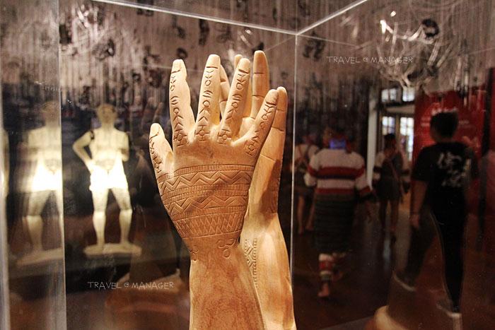 การแกะสลักจำลองรอยสักบนมือของชาวไผวัน