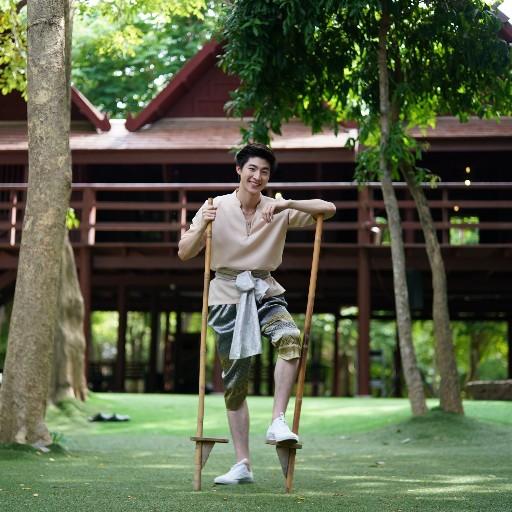 """""""บลู–พงศ์ทิวัตถ์"""" ปลุกกระแสการท่องเที่ยวเมืองรอง  แต่งชุดไทยเท่พาทัวร์ """"ณ สัทธาอุทยานไทย"""" จ.ราชบุรี"""