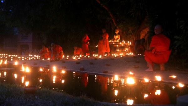 แสงแห่งศรัทธาส่องระยิบ!ชาวพุทธ-นักท่องเที่ยวจุดผางประทีปเต็มวัดพันเตา-เวียนเทียนกลางกว๊านคึกคัก
