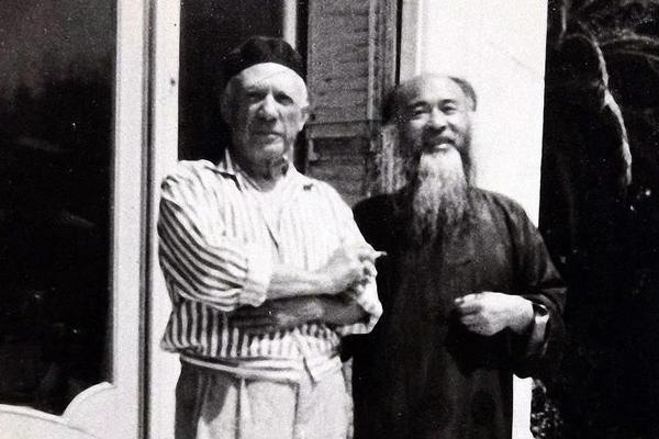 ในปี 1956 ปิกัสโซ ได้พบกับคณะผู้แทนทางวัฒนธรรมจากประเทศจีนและจิตรกรชาวจีน จาง ต้าเฉียน ที่เมืองนีซ ประเทศฝรั่งเศส พบกันครั้งนั้น จาง ต้าเฉียน ได้มอบแปรงพู่กันจีนขนหูวัว มอบให้เป็นของขวัญพิเศษกับปาโบล ปิกัสโซ ด้วย (ภาพไชน่าเดลี/artron.net)