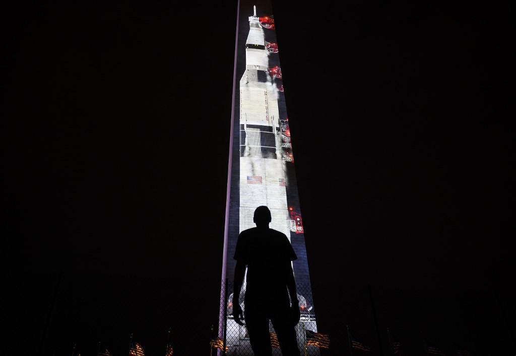 """ฉายภาพจรวด """"แซทเทิร์น 5"""" บนอนุสาวรีย์วอชิงตัน ฉลองส่งคนไปดวงจันทร์"""