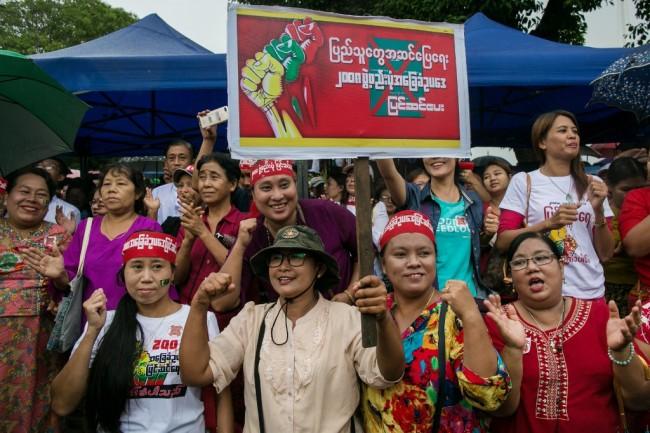 ชาวพม่าชุมนุมกลางย่างกุ้งรวมตัวหนุน 'ซูจี' แก้รัฐธรรมนูญลดอำนาจทหาร