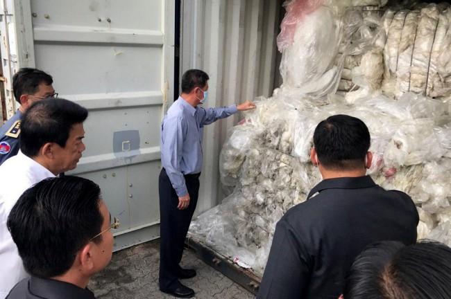 เขมรผงะเปิดตู้สินค้าพบขยะอัดแน่น 1,600 ตัน ฮุนเซนลั่นไม่ใช่ถังขยะ เร่งส่งคืนต้นทาง